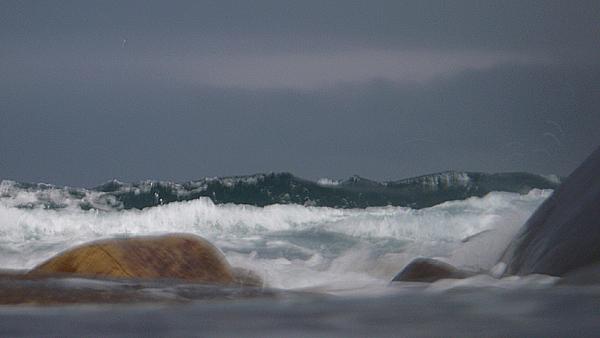 De ruller rytmisk inn, disse bølgene. Man kan stiller klokka etter dem.